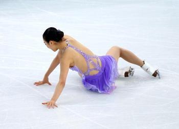 浅田真央、転倒の瞬間。ソチ五輪 女子フィギュアスケート ショート。.jpg